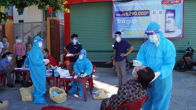 Cán bộ y tế Quảng Bình lấy mẫu xét nghiệm để sàng lọc các ca mắc Covid-19 trong cộng đồng.