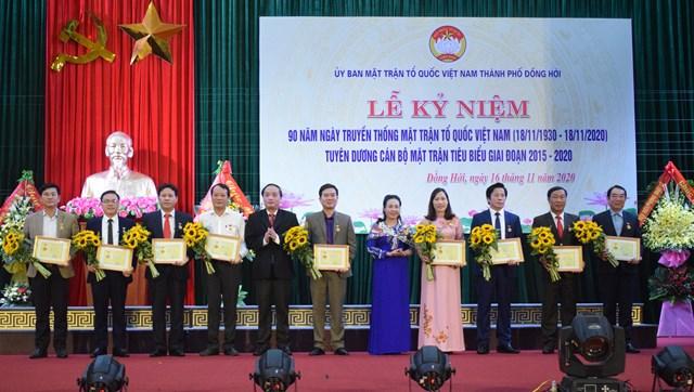 """Trao tặng Kỷ niệm chương """"Vì sự nghiệp Đại đoàn kết toàn dân tộc"""" cho 9 cá nhân có nhiều đóng góp xuất sắc trong sự nghiệp đại đoàn kết dân tộc."""