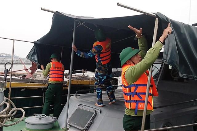 Cán bộ, chiến sĩ Hải đội 2, BĐBP Quảng Bình chuẩn bị phương tiện sẵn sàng ứng cứu, hỗ trợ tàu cá ngư dân gặp nạn trên biển.