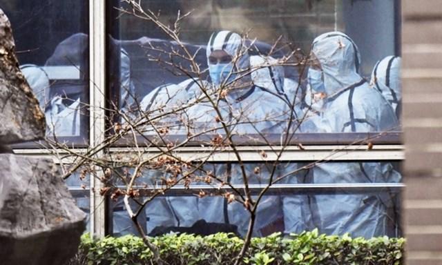 Phái đoàn WHO thăm Trung tâm Kiểm soát và Phòng ngừa Dịch bệnh Động vật Hồ Bắc ở Vũ Hán, Trung Quốc, hôm 2/2. Ảnh: Reuters.