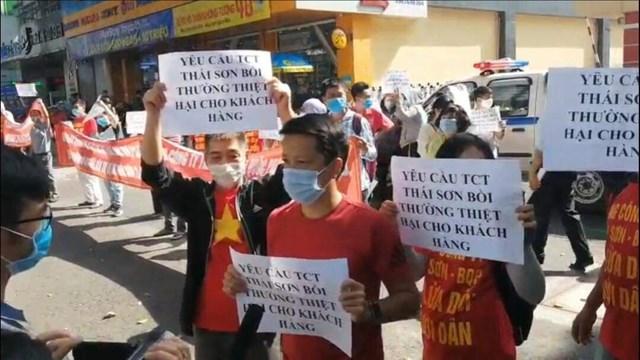 Khách hàng tụ tập tại trụ sở công ty Thái Sơn phản đối chủ đầu tư dự án Thái Sơn 2.