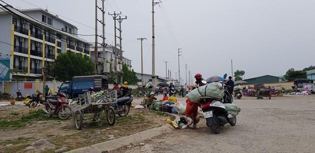 Ngày từ đầu giờ chiều, hàng hóa đã được người bán vận chuyển về bày tràn ra các đường dân sinh để chờ công nhân tan tầm.