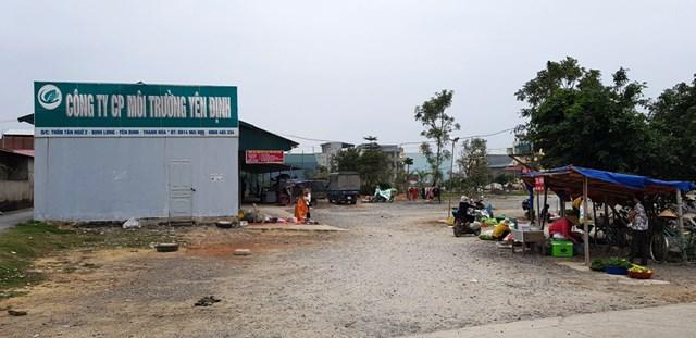 Các lều bạt được căng tạm trên khu đất của C.ty môi trường huyện Yên Định để bán hàng.