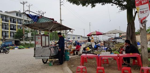 """Hàng quán giăng """"thiên la địa võng"""" dọc tuyến QL 45 để chờ công nhân tam tầm."""