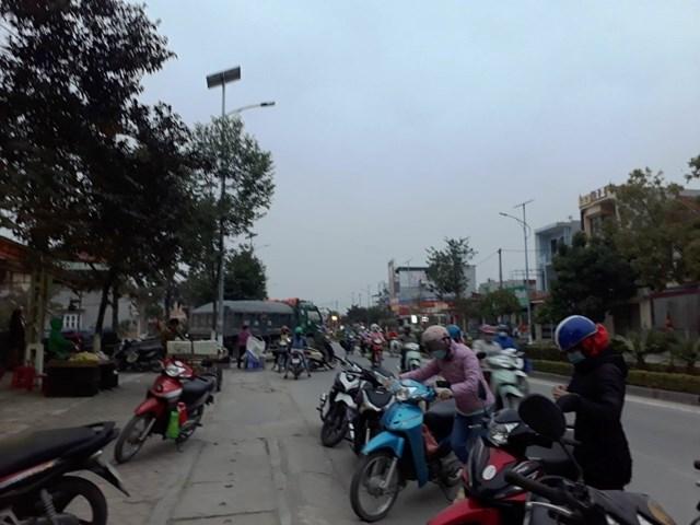Giờ tan tầm, hơn 10 nghìn công nhân túa ra đường gây ra tình trạng hỗn loạn bán mua trên quãng đường dài gần 1km tại thị trấn Quán Lào.