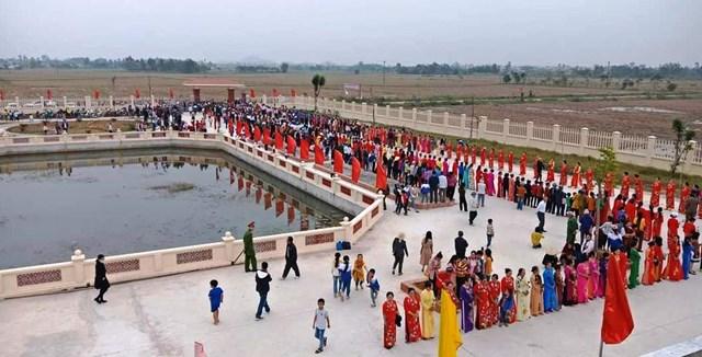 Ngay từ đầu giờ chiều, đông dảo người dân xã Cầu Lộc đã đứng chờ tân Hoa Hậu Việt Nam về thăm quê.
