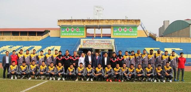BHL, các cầu thủ cùng ban lãnh đạo Tập đoàn Đông Á.