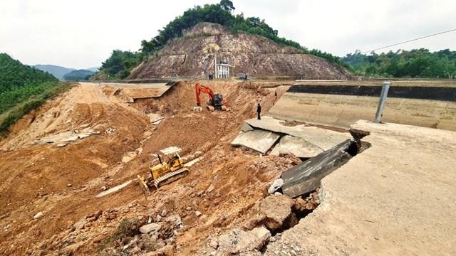 Nguyên nhân ban đầu dẫn đến sự cố kể trên được Bộ Nông nghiệp và Phát triển nông thôn xác định là do đoạn kênh nằm trên nền địa chất có cấu trúc phức tạp, một bên là núi, một bên là suối, đất đào và đất đắp không đồng nhất.