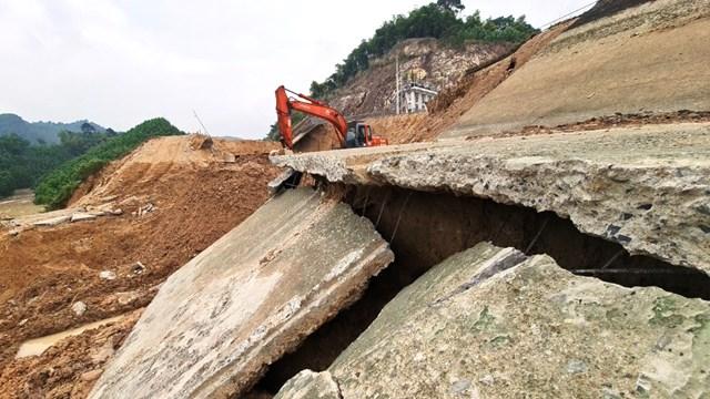 Trước mắt Công ty TNHH MTV khai thác thủy lợi Cửa Đạt khẩn trương khắc phục sự cố bằng cách sử dụng đất đắp, bao cát, bạt để sau 3 ngày công trình có thể tiếp tục lấy nước cung ứng kịp thời cho bà con sản xuất vụ Đông Xuân.