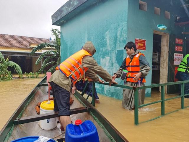 Nước dâng cao, cán bộ kỹ thuật Viettel phải di chuyển bằng thuyền.