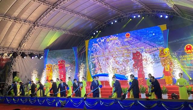 Các đại biểu thực hiện nghi thức khởi công Dự án quảng trường biển và tổ hợp đô thị du lịch sinh thái, nghỉ dưỡng, vui chơi giải trí cao cấp biển Sầm Sơn