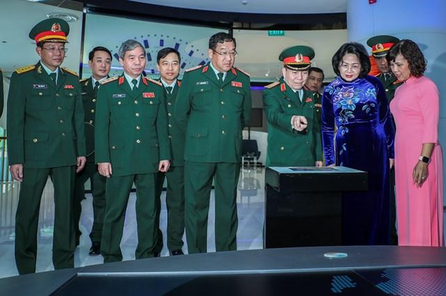 Lãnh đạo Viettel đón tiếp Phó Chủ tịch nước Đặng Thị Ngọc Thịnh.