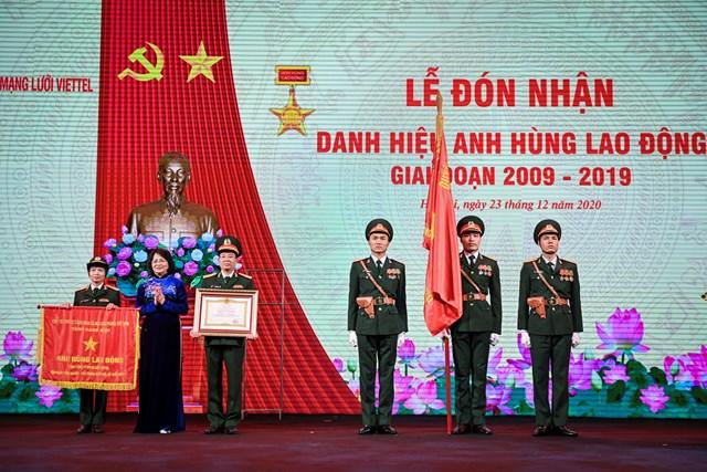 Phó Chủ tịch nước Đặng Thị Ngọc Thịnh trao tặng danh hiệu Anh hùng Lao động cho Tổng công ty mạng lưới Viettel – thành viên của Tập đoàn Viettel.