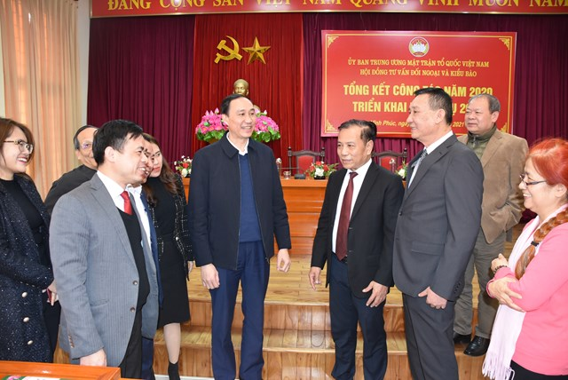 Phó Chủ tịch Phùng Khánh Tài trao đổi với các thành viên Hội đồng tư vấn Đối ngoại và Kiều bào tại Hội nghị.