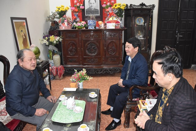 Phó Chủ tịch – Tổng Thư ký Hầu A Lềnh trò chuyện cùng gia đìnhcố chủ tịch UBTƯ MTTQ Việt Nam Hoàng Quốc Việt.