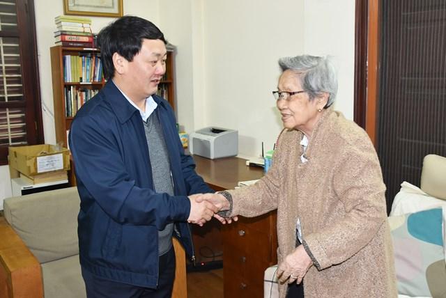 Phó Chủ tịch – Tổng Thư ký Hầu A Lềnh chúc Tết gia đìnhnhà văn Nguyễn Thị Nguyệt Tú (vợ cố Chủ tịch UBTƯ MTTQ Việt Nam Lê Quang Đạo).
