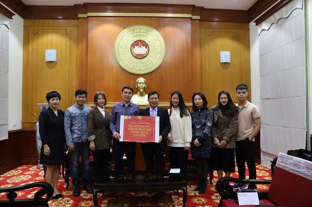Ông Trần Văn Sinh, Trưởng ban Phong trào, UBTƯ MTTQ Việt Nam tiếp nhận ủng hộ từ Khoa Luật, Học viện Ngân hàng.