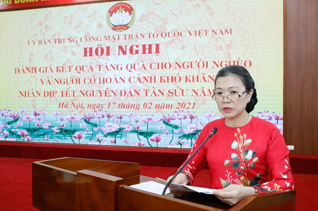 Phó Chủ tịch Trương Thị Ngọc Ánh trình bày báo cáo tổng hợp kết quả tặng quà Tết cho người nghèo, người có hoàn cảnh khó khăn nhân dịp Tết Nguyên đán Tân Sửu năm 2021.Ảnh Quang Vinh.