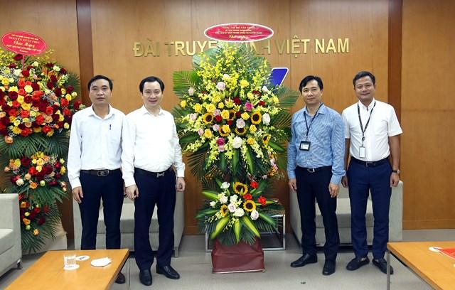 Ông Vũ Văn Tiếntặng hoa chúc mừng Đài Truyền hình Việt Nam. Ảnh: Kỳ Anh.