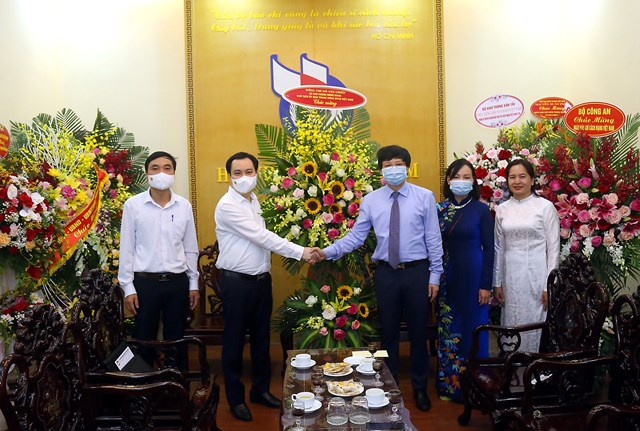 Ông Vũ Văn Tiếntặng hoa chúc mừngHội Nhà báo Việt Nam. Ảnh: Kỳ Anh.