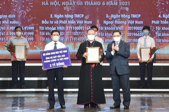 Tổng Giám mục Vũ Văn Thiên, Phó Tổng thư ký Hội đồng Giám mục Việt Nam trao tiền ủng hộ cho Quỹ vaccine phòng, chống Covid-19.