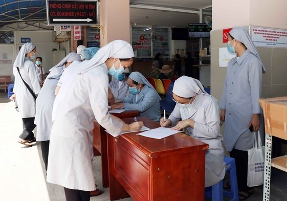 Các nữ tu Công giáo tham gia hỗ trợ lực lượng tuyến đầu chống dịch đăng ký tiêm vaccine phòng Covid-19 tại Bệnh viện quận 11.