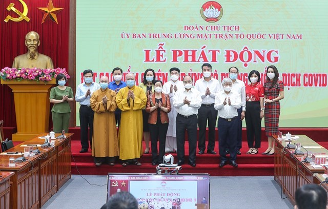 Các tôn giáo tham gia ủng hộ công tác phòng, chống dịch tại Lễ phát động đợt cao điểm quyên góp ủng hộ do Đoàn Chủ tịch UBTƯ MTTQ Việt Nam tổ chức. Ảnh: Quang Vinh.