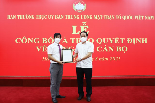 Phó Chủ tịch - Tổng Thư ký UBTƯ MTTQ Việt Nam Lê Tiến Châu trao quyết định bổ nhiệm ôngNguyễn Văn Hanh giữ chức vụ Phó Chánh Văn phòng UBTƯ MTTQ Việt Nam.