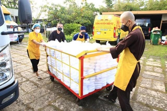 Bếp chùa Tường Nguyên mỗi ngày chăm sóc hơn 20.000 suất ăn phục vụ các bệnh viện dã chiến.