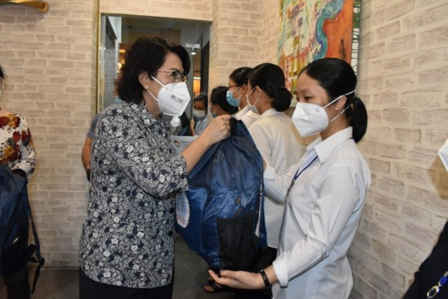 Bà Tô Thị Bích Châu, Chủ tịch Ủy ban MTTQ Việt Nam Thành phố Hồ Chí Minh gặp gỡ, chia sẻ với các tu sĩ là tình nguyện viên tham gia chống dịch.