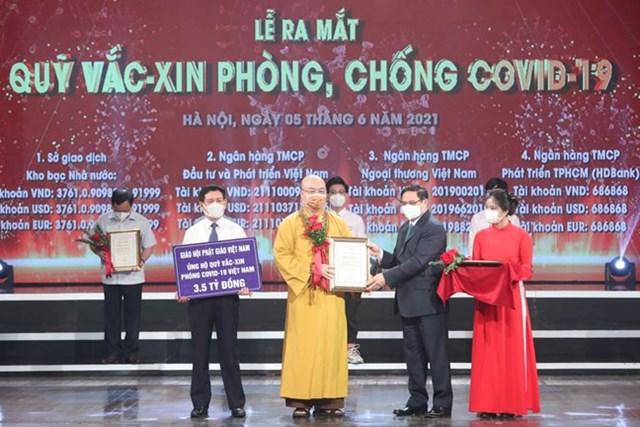Hòa thượngThích Thanh Nhiễu, Phó Chủ tịch Thường trực Hội đồng Trị sự Giáo hội Phật giáo Việt Nam trao tiền ủng hộ cho Quỹ vaccine phòng, chống Covid-19.