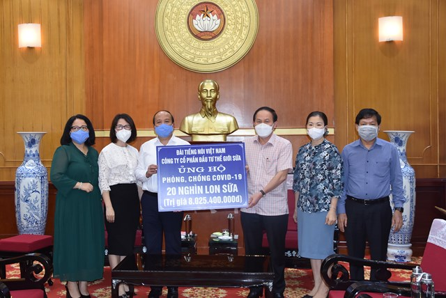 Phó Chủ tịch - Tổng Thư ký Lê Tiến Châu tiếp nhận ủng hộ phòng, chống Covid-19.