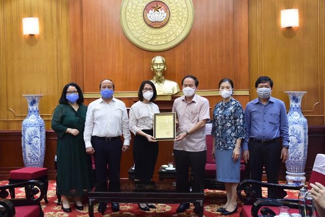 Phó Chủ tịch - Tổng Thư ký Lê Tiến Châu trao thư cảm ơn sự chung tay ủng hộ trong công tác phòng, chống dịch Covid-19.