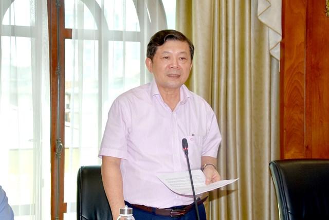 Phó Chủ tịch Nguyễn Hữu Dũng báo cáo tóm tắt nội dung đề tài tại Hội nghị.