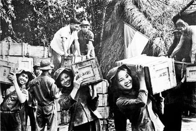 Lực lượng thanh niên xung phong Miền Nam bốc dỡ hàng hóa, đạn dược phục vụ chiến đấu. Ảnh tư liệu.