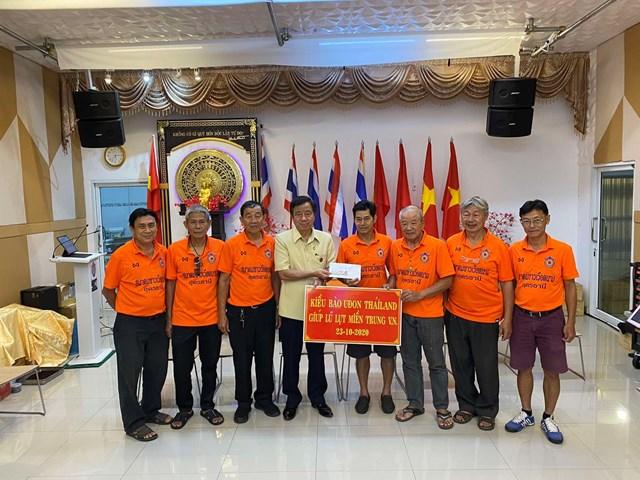 Bà con Việt kiều tại tỉnh Udon Thani quyên góp ủng hộ đồng bào miền Trung.