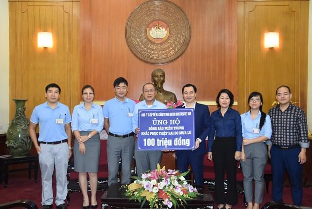 Ông Vũ Văn Tiến, Trưởng ban Tuyên giáo, UBTƯ MTTQ Việt Nam tiếp nhận ủng hộ từ Công ty TNHH Matsuo Industries Việt Nam.