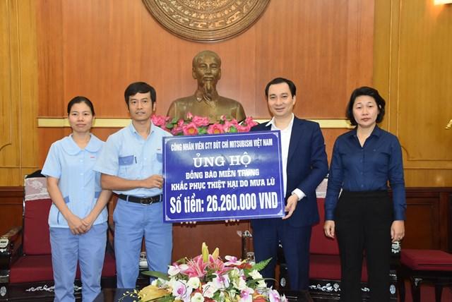 Ông Vũ Văn Tiến, Trưởng ban Tuyên giáo, UBTƯ MTTQ Việt Nam tiếp nhận ủng hộ từ công nhân viên Công ty bút chì Mitsubishi Việt Nam.