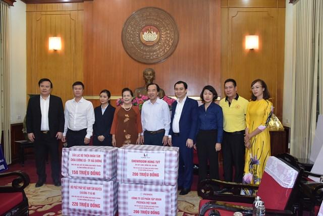 Phó Chủ tịch Ngô Sách Thực tiếp nhận ủng hộ từ các tổ chức, các nhà hảo tâm.