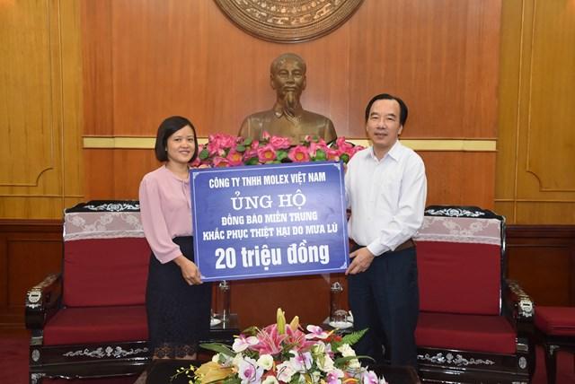 Phó Chủ tịch Ngô Sách Thực tiếp nhận ủng hộ từ Công ty TNHH Molex Việt Nam.