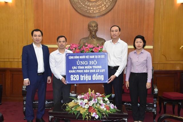 Phó Chủ tịch Phùng Khánh Tài tiếp nhận ủng hộ đồng bào các tỉnh miền Trung từ Cộng đồng người Việt Nam tại Cộng hòa Séc.