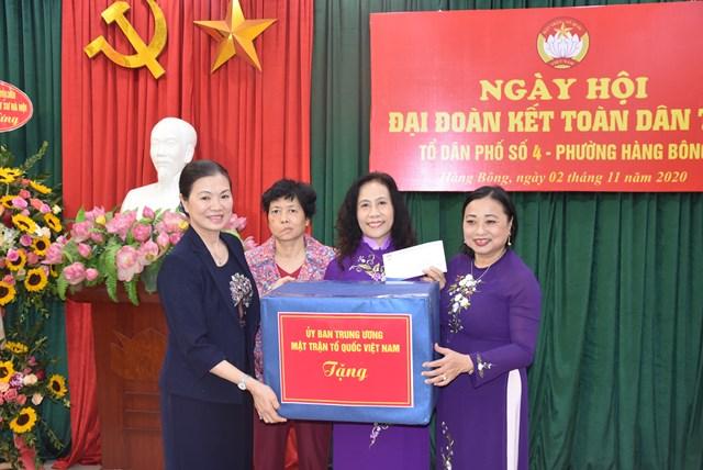 Phó Chủ tịch Trương Thị Ngọc Ánh tặng quà biểu dương thành tích tổ dân phố số 4 phường Hàng Bông.