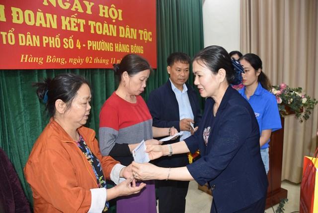 Phó Chủ tịch Trương Thị Ngọc Ánh tặng quà động viên các gia đình có hoàn cảnh khó khăn tại tổ dân phố số 4 phường Hàng Bông.
