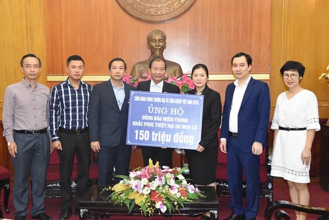 Phó Chủ tịch Trương Thị Ngọc Ánh tiếp nhận ủng hộ từ Công đoàn Phòng Thương mại và Công nghiệp Việt Nam.