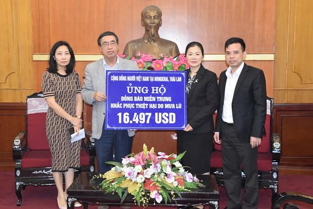 Phó Chủ tịch Trương Thị Ngọc Ánh tiếp nhận ủng hộ từ Cộng đồng người Việt Nam tại Nong Khai, Thái Lan.