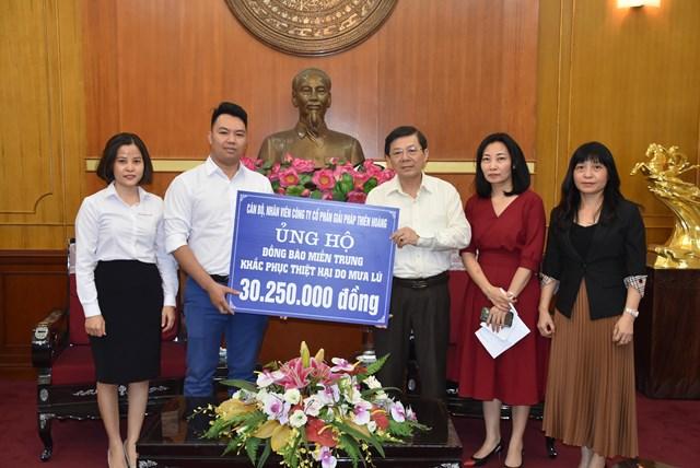 Phó Chủ tịch Nguyễn Hữu Dũng tiếp nhận ủng hộ từ Công ty CP Giải pháp Thiên Hoàng.