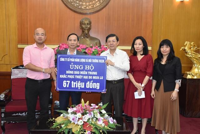 Phó Chủ tịch Nguyễn Hữu Dũng tiếp nhận ủng hộ từ Công ty CP Năng lượng và môi trường Vicem.