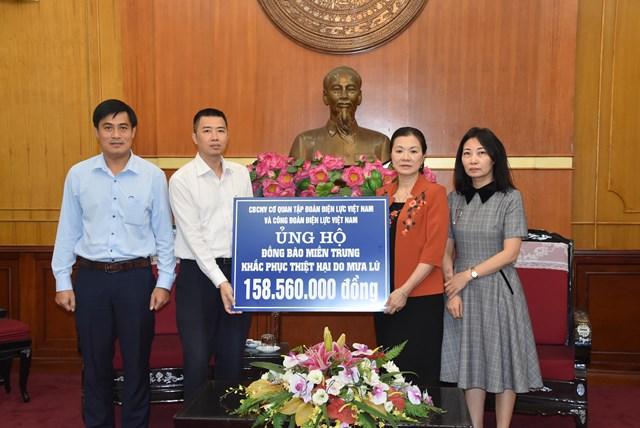 Phó Chủ tịch Trương Thị Ngọc Ánh tiếp nhận ủng hộ từ Tập đoàn Điện lực Việt Nam.