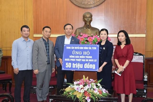 Phó Chủ tịch Trương Thị Ngọc Ánh tiếp nhận ủng hộ từTrung tâm truyền hình Thông tấn, TTXVN.