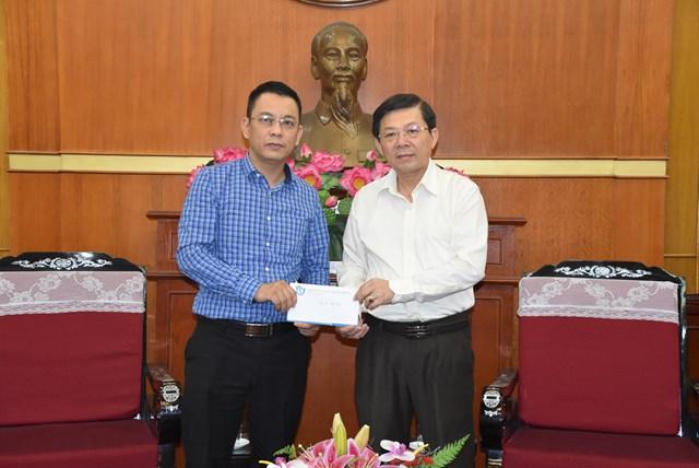 Phó Chủ tịch Nguyễn Hữu Dũng tiếp nhận ủng hộ từ Ủy ban Hòa bình Việt Nam.